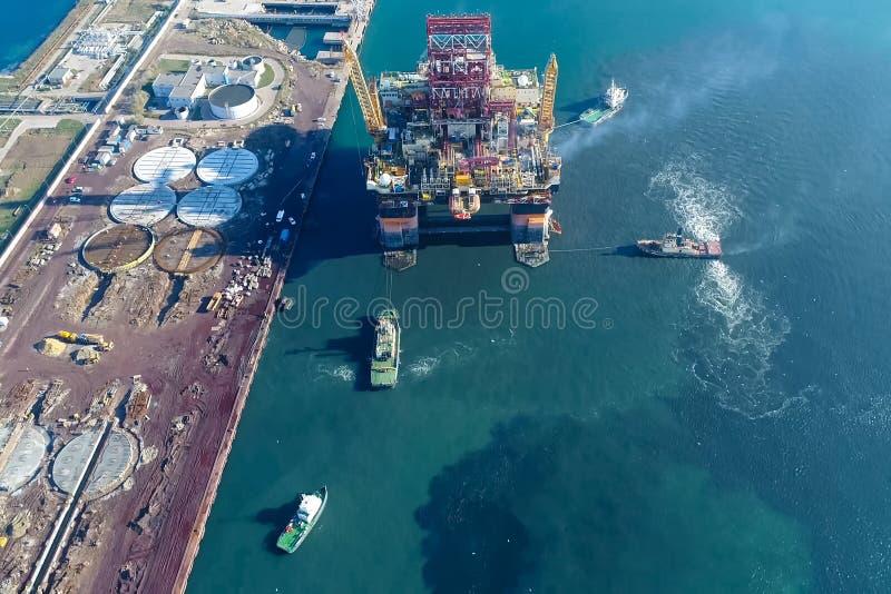 Bohrinsel im Hafen Schleppen der Bohrinsel stockbilder