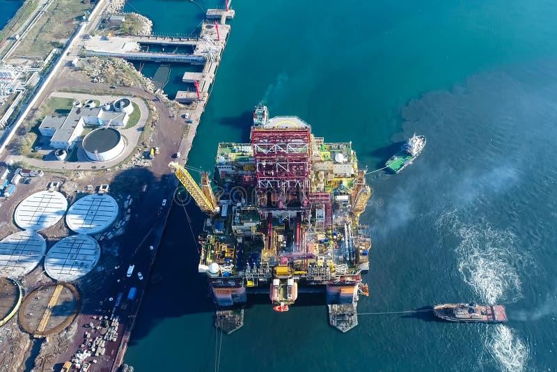 Bohrinsel im Hafen Schleppen der Bohrinsel lizenzfreie stockfotografie