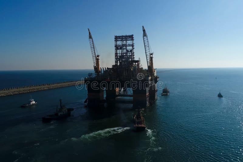 Bohrinsel im Hafen Schleppen der Bohrinsel lizenzfreie stockfotos