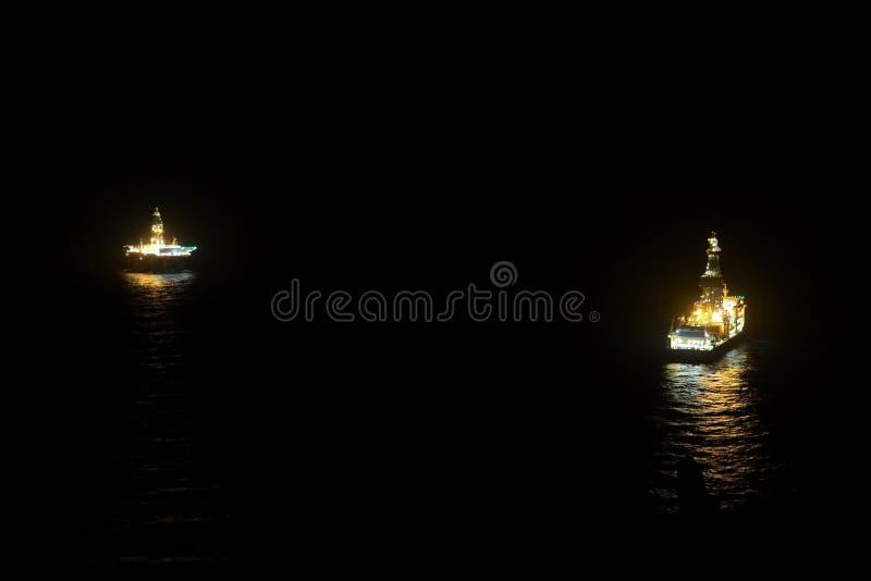 Bohrinsel und Schiff auf dem Meer stockfotografie