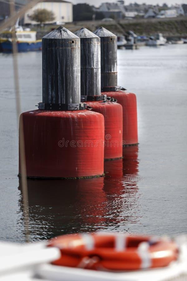 Boia automáticas da maré no porto em França imagens de stock