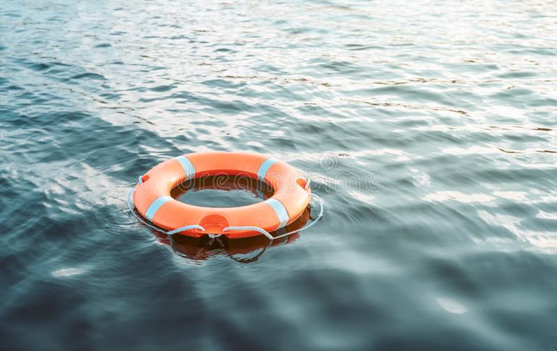 Boia de vida na água com espaço da cópia imagem de stock