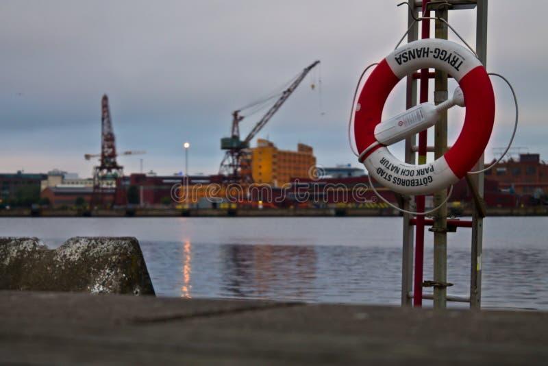 Boia de vida no porto Anel do salvamento no porto na noite Conceito da segurança contra o afogamento de acidentes foto de stock