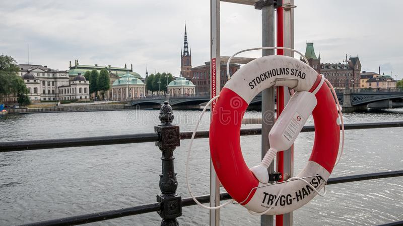 Boia de vida que pendura perto do rio no centro de Éstocolmo, Suécia, o 10 de agosto de 2018 imagens de stock