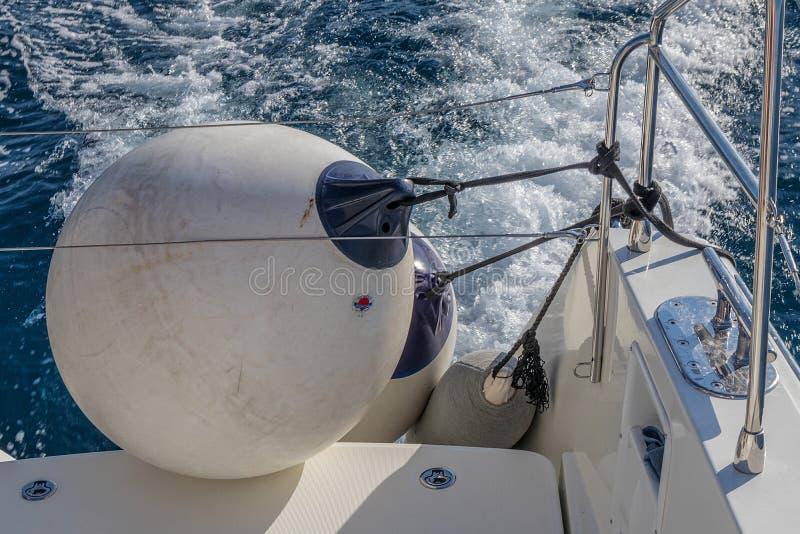 Boia do barco, catamarã Em Santorini, Grécia fotografia de stock