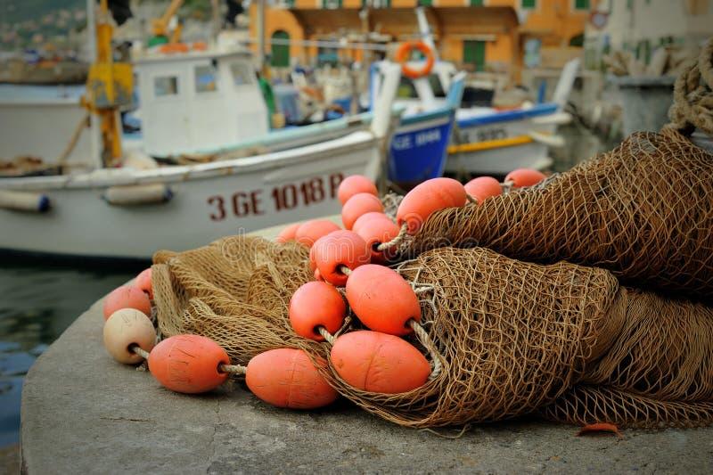 Boia e redes de pesca vermelhas no porto Camogli imagens de stock