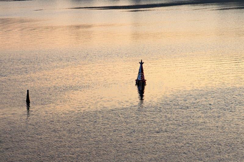 Boia que marca a profundidade navegável Baliza de flutuação, boia na água nearsighted Rio Dnipro Dniepr, Kyiv, Ucrânia imagem de stock