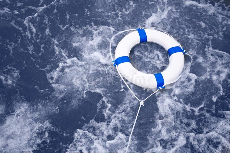 Boia salva-vidas, cinto de salvação, salvamento da poupança de vida em uma tempestade do oceano completamente de f fotos de stock