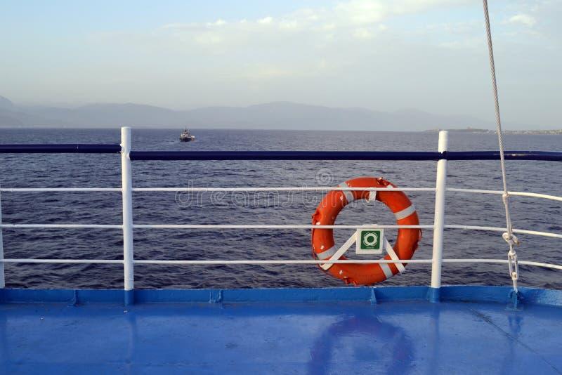 Boia salva-vidas e o mar em um ferryboat que vai de Antirio ao Rio em Grécia imagens de stock royalty free