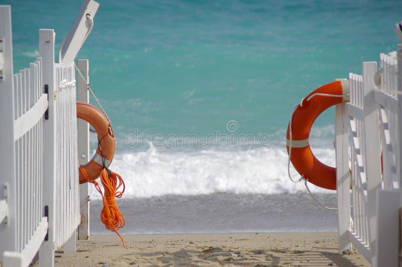 Boia salva-vidas em uma praia fotos de stock