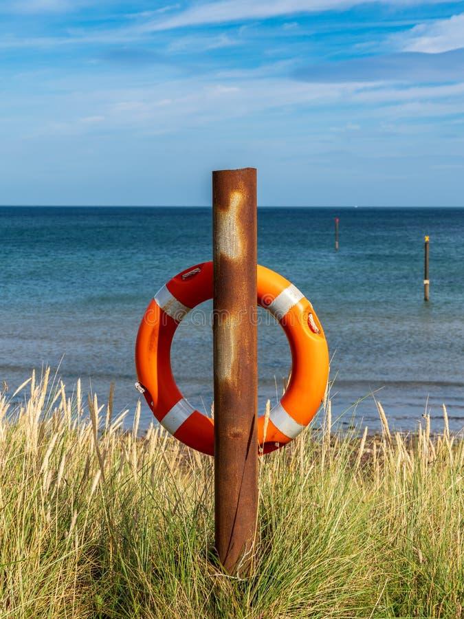 Boia salva-vidas na costa de Mar do Norte fotos de stock royalty free