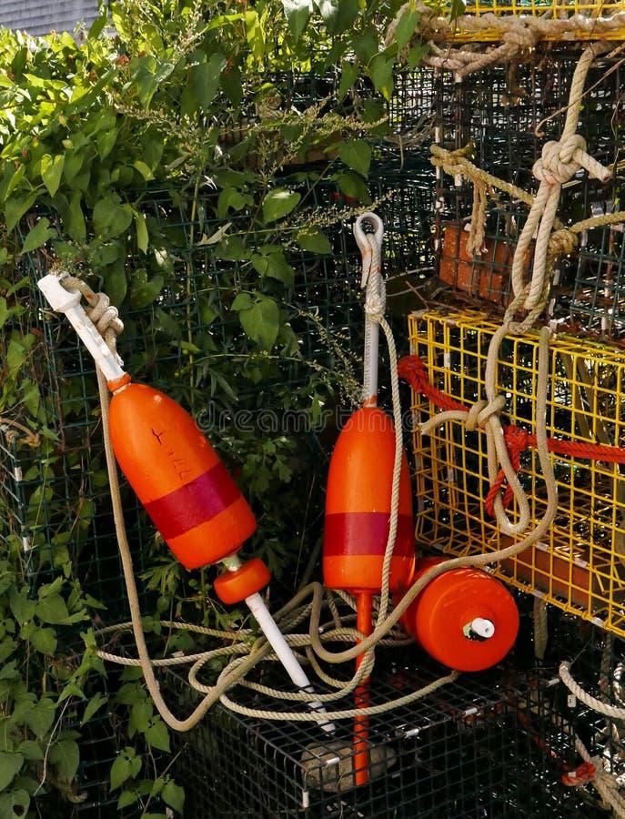 Boia vermelhas e alaranjadas com potenciômetro e cordas de lagosta fotos de stock royalty free