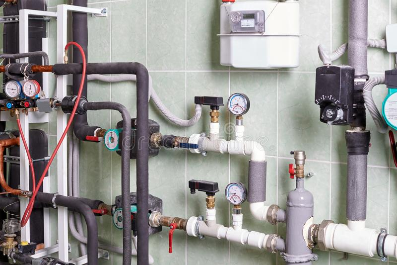 Boiler en pijpen van het verwarmingssysteem van een huis stock foto