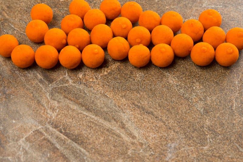 Boilies dla karpiowego połowu kłamstwa na kamiennym countertop Odbitkowa pasta zdjęcie stock