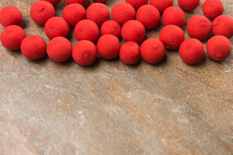 Boilies dla karpiowego połowu kłamstwa na kamiennym countertop Odbitkowa pasta obraz royalty free