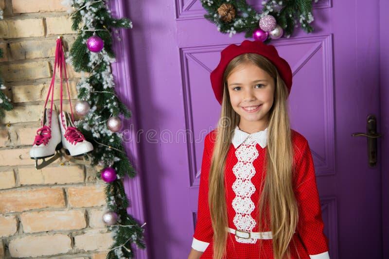 A boina vermelha é sempre uma boa ideia Criança pequena elegante Pouco fashionista na decoração do xmas Menina da forma pronta pa foto de stock royalty free