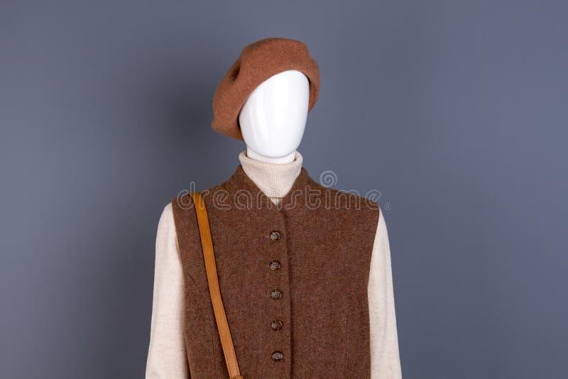 Boina y chaleco marrones de las lanas de las mujeres fotografía de archivo