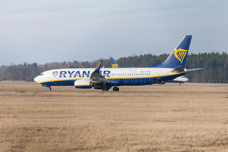 Boing 737 до 800 от Ryanair управляют к взлётно-посадочная дорожка на авиапорте Nuernberg стоковые фотографии rf