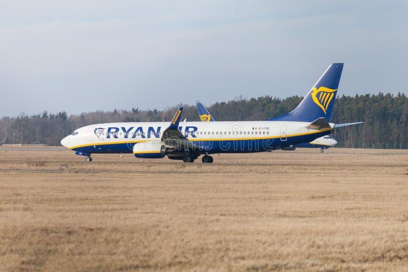Boing 737 - 800 från Ryanair kör till landningsbanan på flygplatsen Nuernberg royaltyfria foton