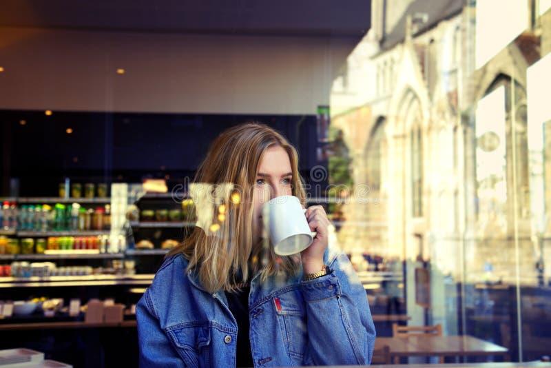Boire blond de fille photos libres de droits