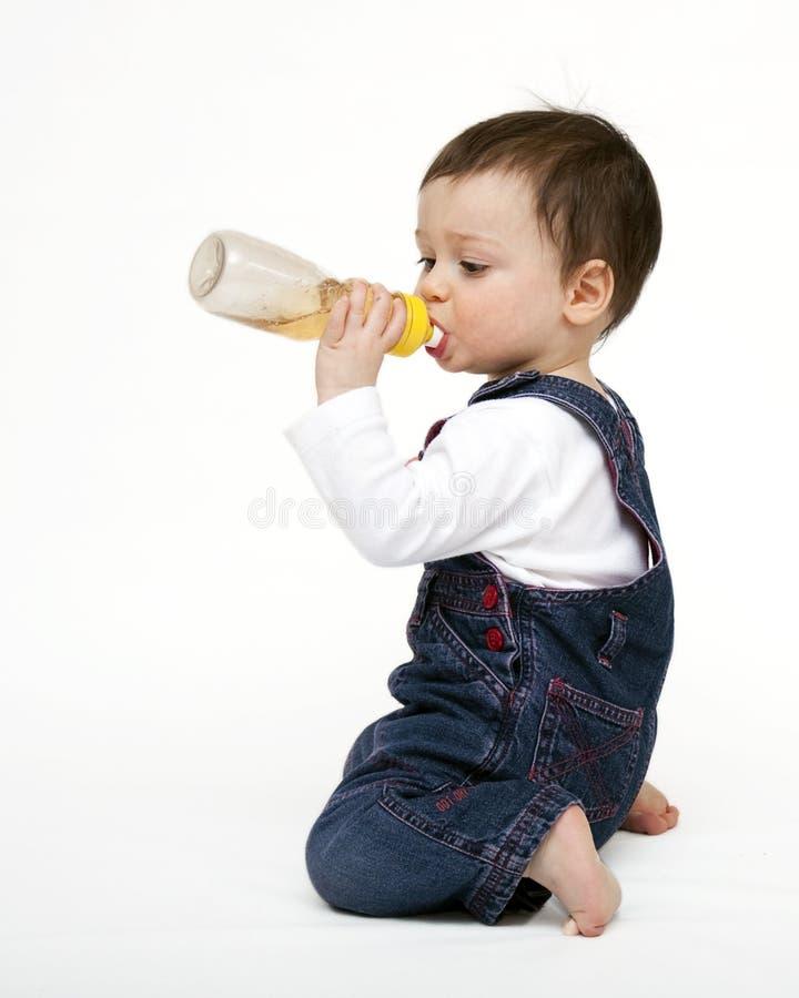 Boire d'enfant image stock