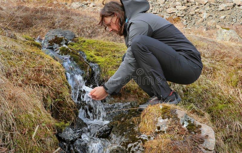 Boire d'un courant en Islande photos libres de droits