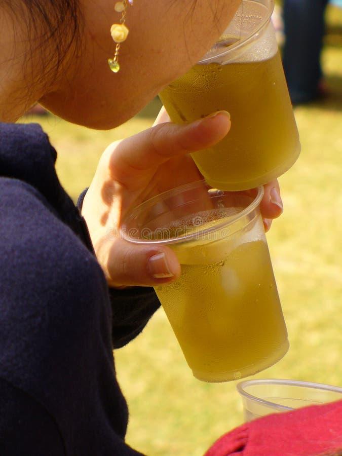 Boire de bière photographie stock