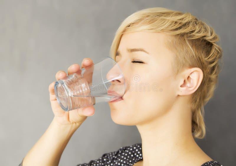 Boire de l'eau photographie stock libre de droits