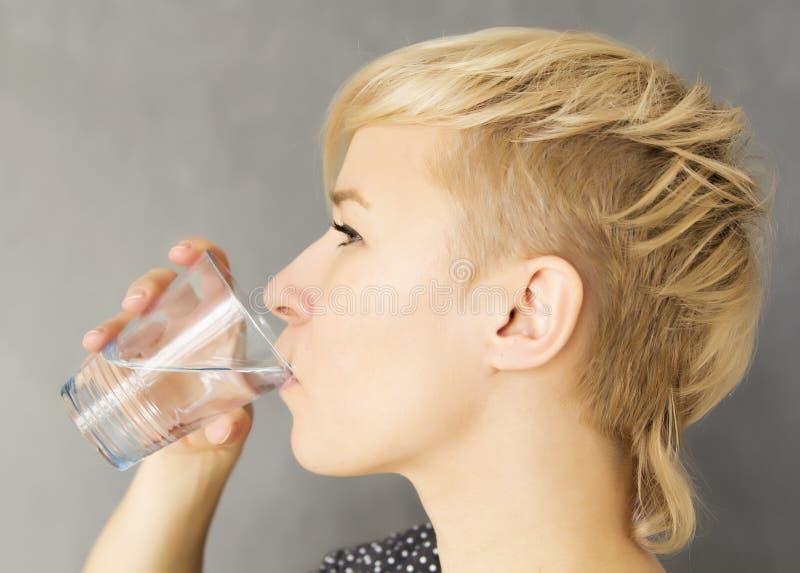 Boire de l'eau photo libre de droits