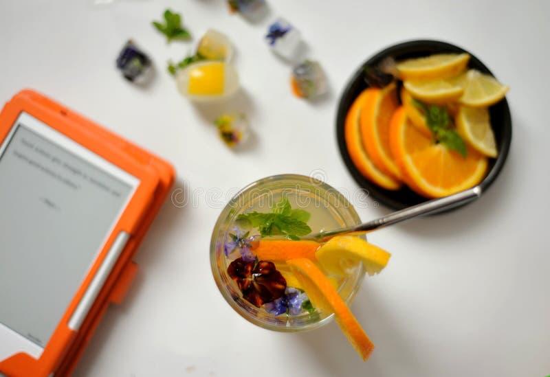 Boire de l'eau de citron est une boisson à faible teneur en calories et en sucre qui peut augmenter votre apport en vitamine C images libres de droits