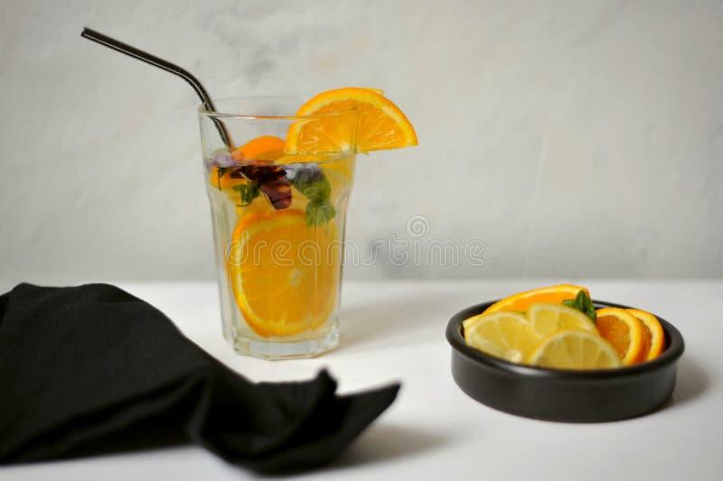Boire de l'eau de citron est une boisson à faible teneur en calories et en sucre qui peut augmenter votre apport en vitamine C image stock