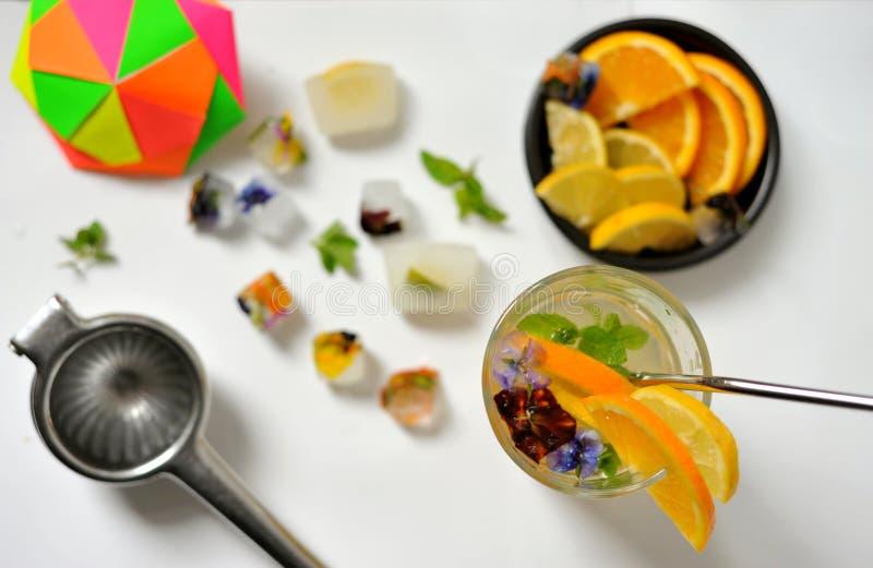 Boire du citron et de l'eau orange est une boisson à faible teneur en calories et en sucre qui peut augmenter votre apport en vit photos libres de droits