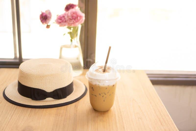 Boire savoureux, tasse de caf? de cappuccino de glace d?cor? de la mousse blanche de lait dans un verre en plastique grand sur la photographie stock libre de droits