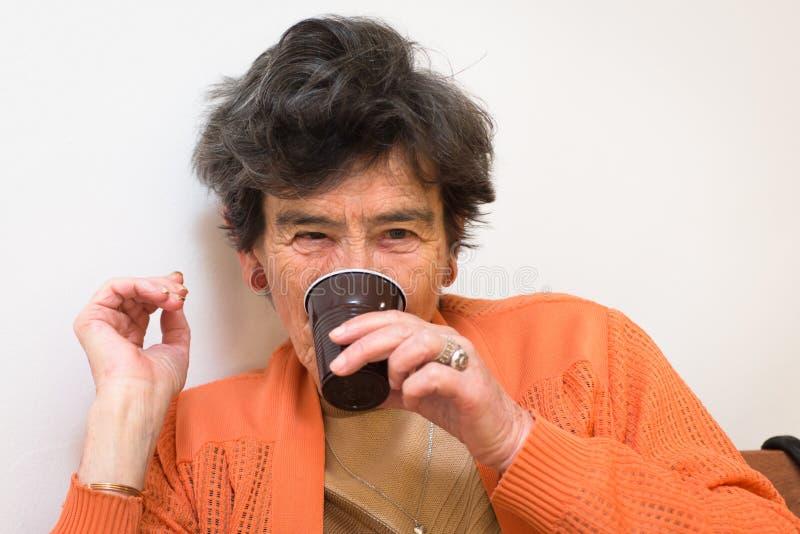 Boire supérieur de femme photographie stock