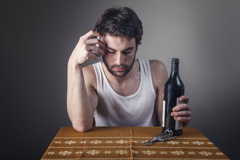 Boire triste d'homme photo libre de droits