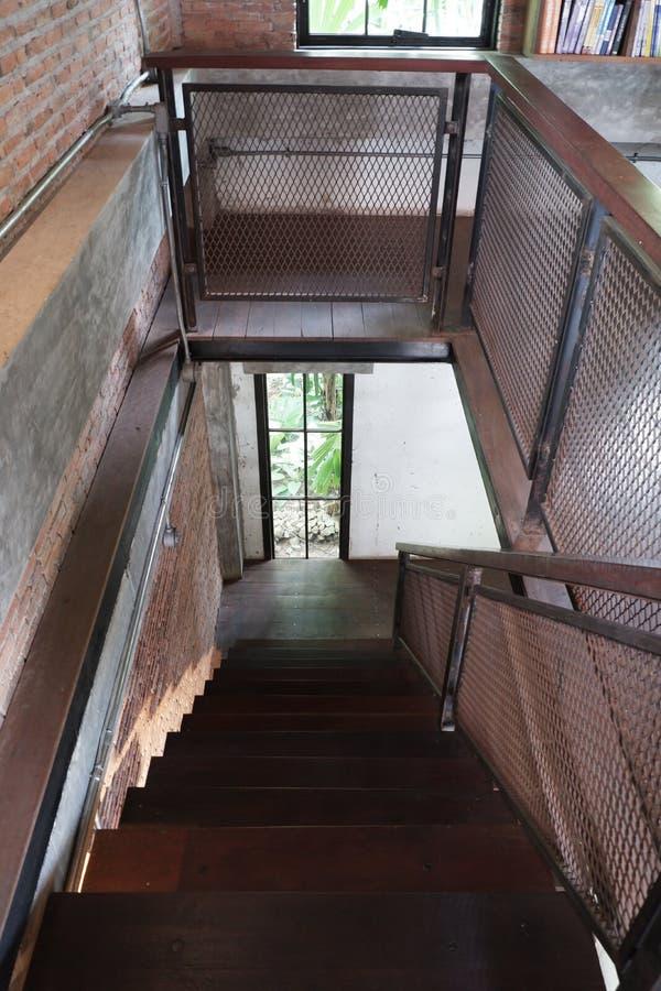 Bois avec le m?tal de l'escalier de grenier dans la maison photo stock
