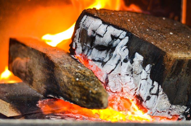 Bois brûlant sur l'incendie image stock
