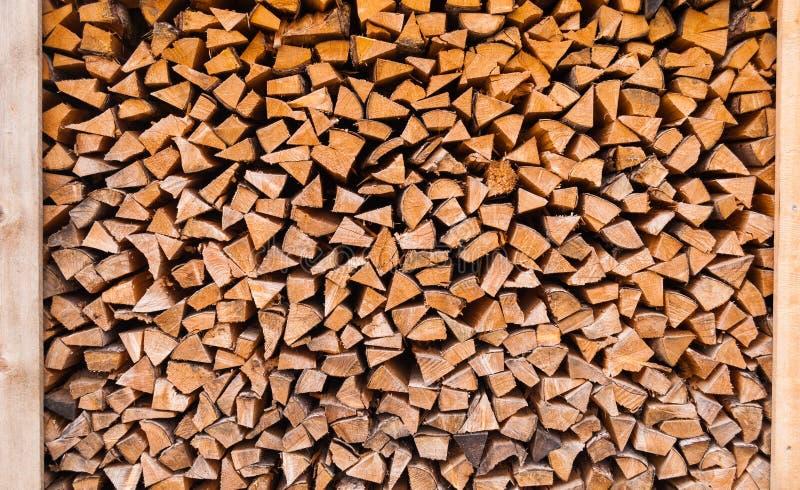 Bois coupé empilé dans un tas de bois et préparé pour chauffer en hiver La Suisse alpestre image libre de droits