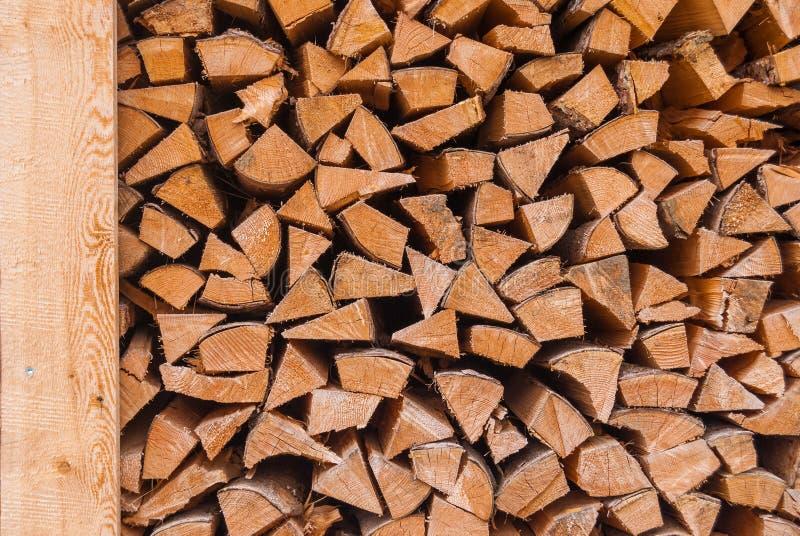 Bois coupé empilé dans un tas de bois et préparé pour chauffer en hiver La Suisse alpestre photographie stock libre de droits