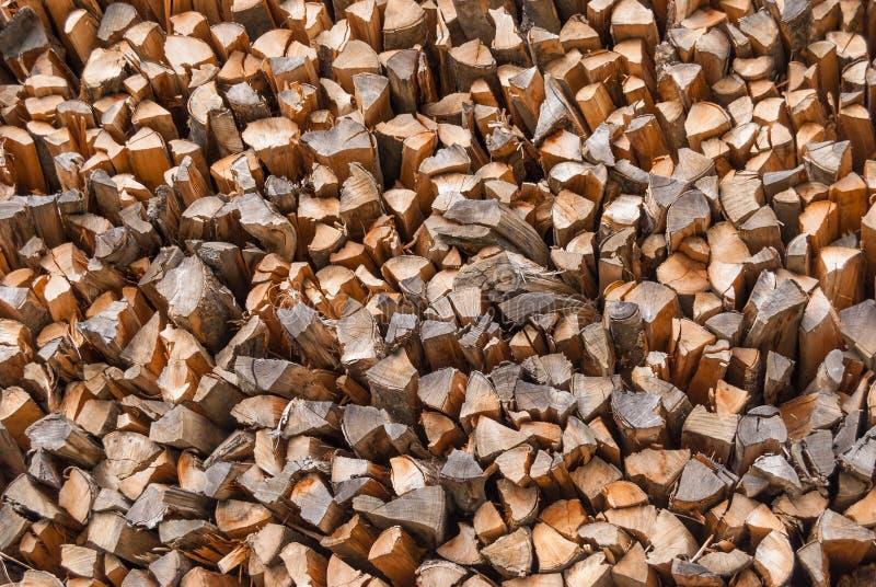 Bois coupé empilé dans un tas de bois et préparé pour chauffer en hiver La Suisse alpestre photo stock