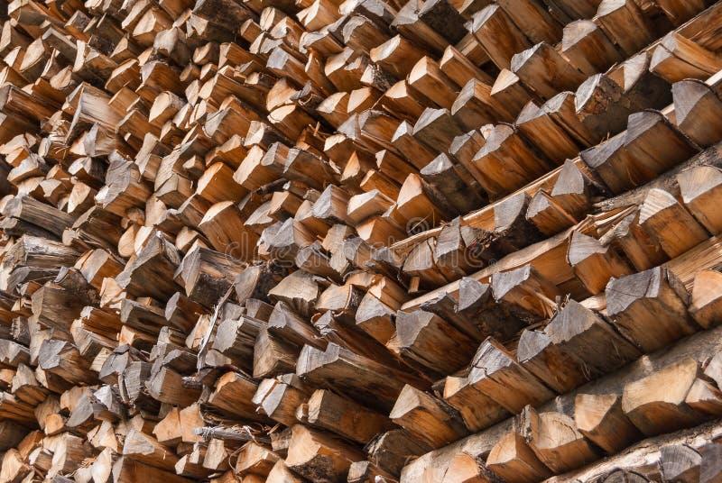 Bois coupé empilé dans un tas de bois et préparé pour chauffer en hiver La Suisse alpestre photographie stock