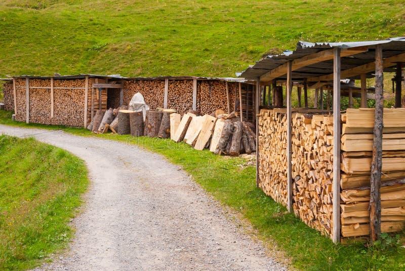 Bois coupé empilé dans un tas de bois et préparé pour chauffer en hiver La Suisse alpestre images libres de droits