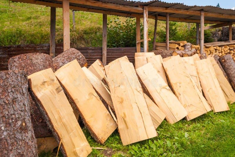 Bois coupé empilé dans un tas de bois et préparé pour chauffer en hiver La Suisse alpestre photo libre de droits