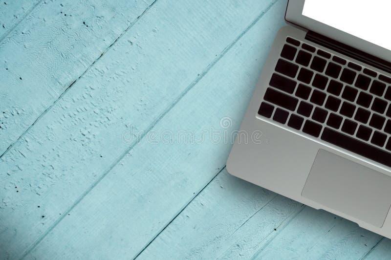 Bois de bureau avec le concept de tasse d'ordinateur, de carnet, de téléphone et de café à l'arrière-plan en bois Copiez l'espace photos libres de droits
