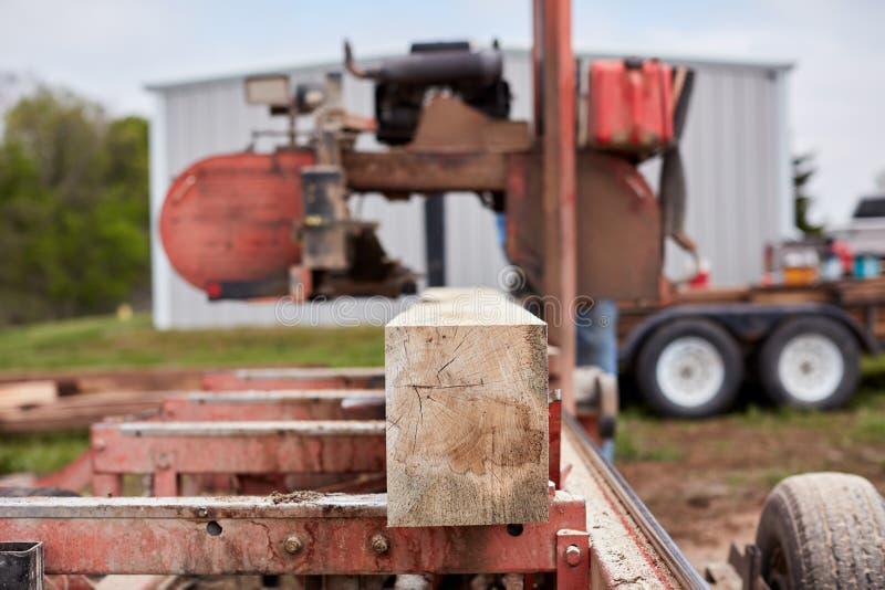 Bois de charpente cru étant traité pour des planches et des faisceaux images stock