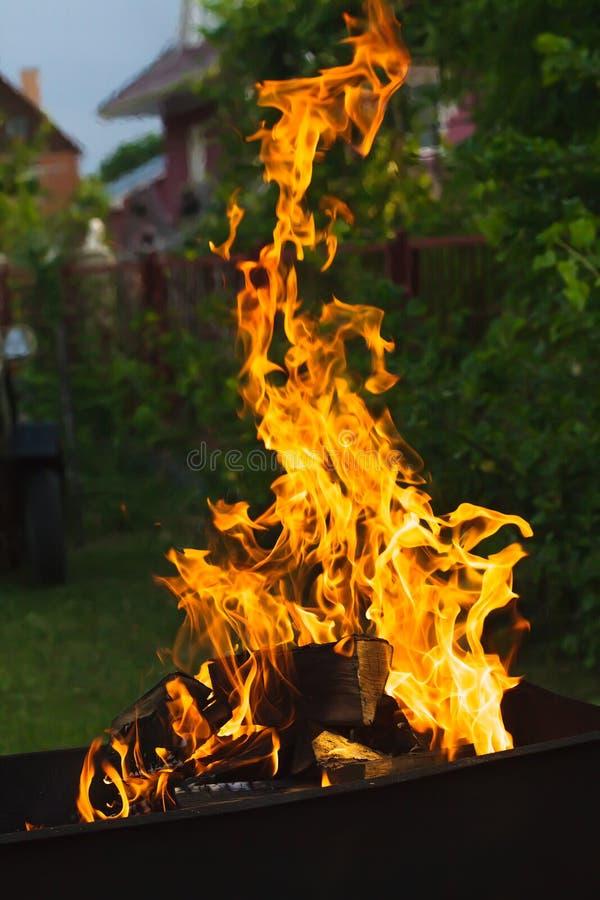 Bois de chauffage brûlant photo libre de droits