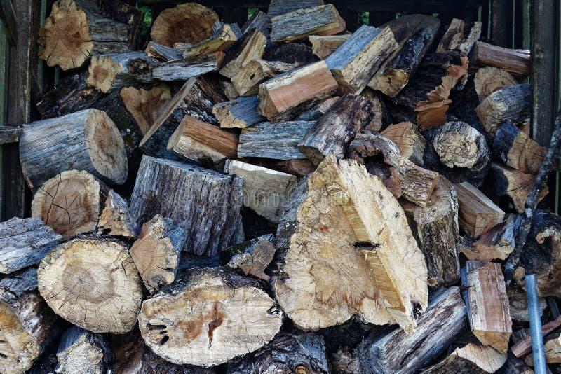 Bois de chauffage coupé prêt pour l'hiver photographie stock libre de droits