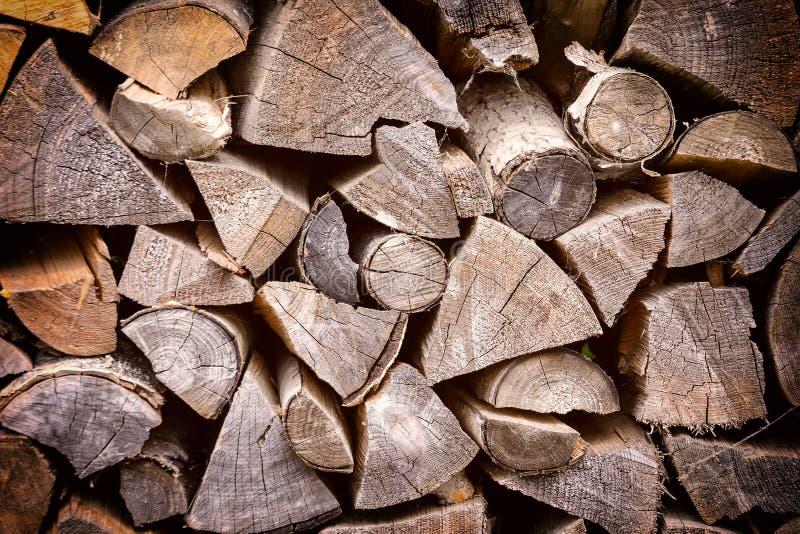 Bois de chauffage d'une manière ordonnée empilé Fond avec la texture photos stock