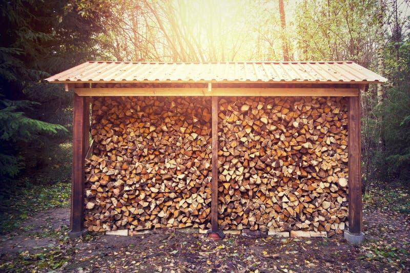 bois de chauffage empil dans le hangar photo stock image du bois couvert 35399418. Black Bedroom Furniture Sets. Home Design Ideas