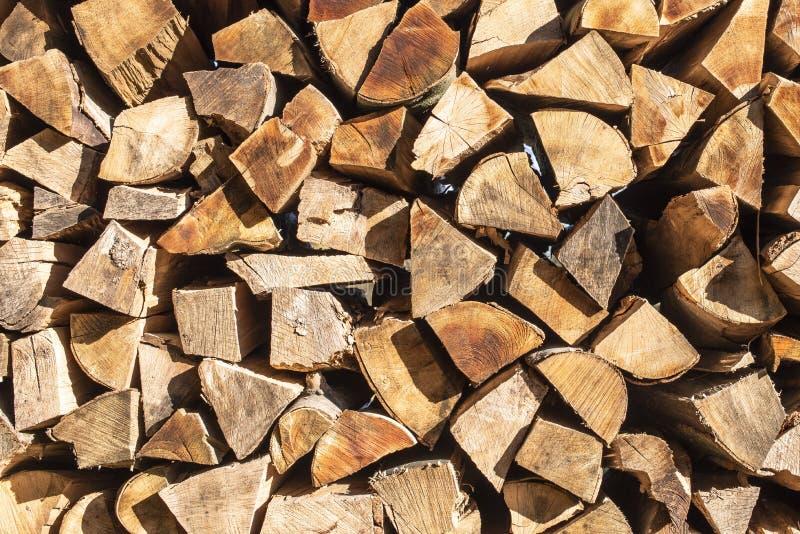 Bois de chauffage empilé pour l'hiver photo libre de droits